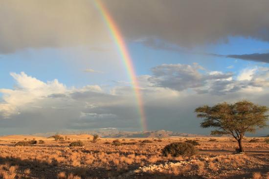 Tsondab Valley Scenic Reserve: Ein letzter Schauer zum Ende der Regenzeit (Blick von der Campsite)