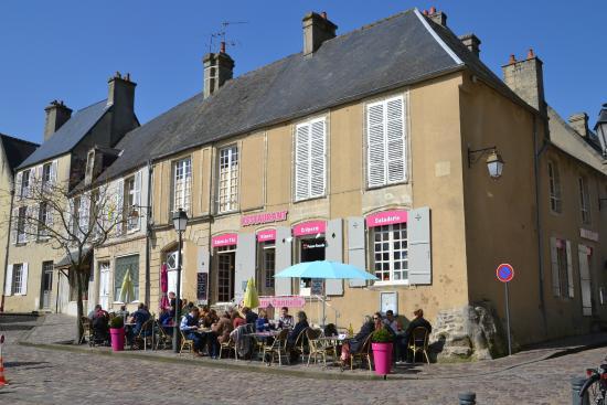De buitenkant met terras bild von pomme canelle bayeux