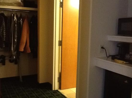 Fairfield Inn & Suites Hazleton: weird, unlit hallway area in one bedroom suite
