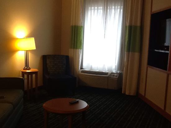 Fairfield Inn & Suites Hazleton: living room with teeny tiny coffee table