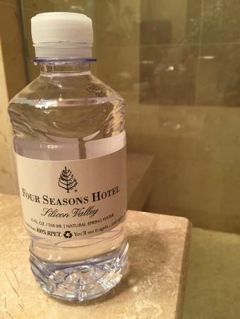 Four Seasons Hotel Silicon Valley at East Palo Alto: Water and Shower in background