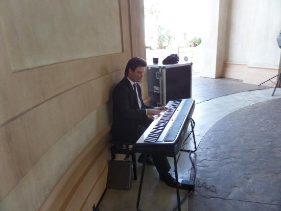 Mandalay Bay Wedding Chapels: Piano player...................pianoing away!