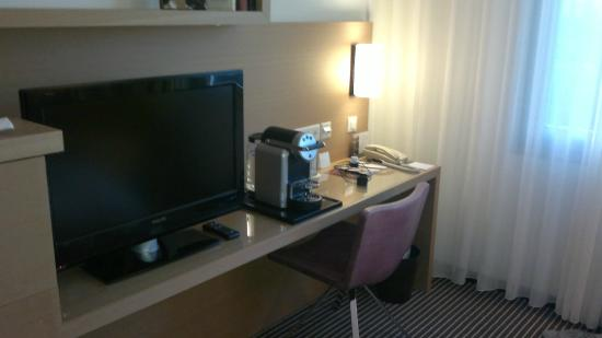 Hotel InterContinental Geneve: Side table, TV, Nespresso machine
