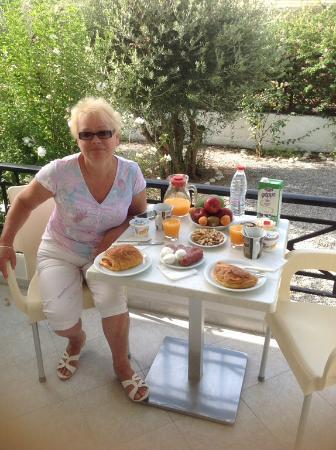 Niriides Hotel Apts Studios: завтрак