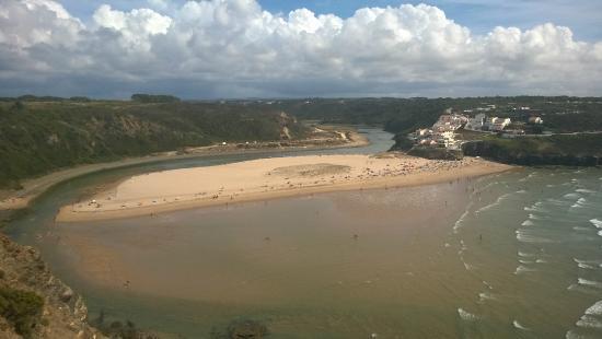 Aljezur, Portugal: Foto da contra-encosta da praia, tirada no cimo da arriba