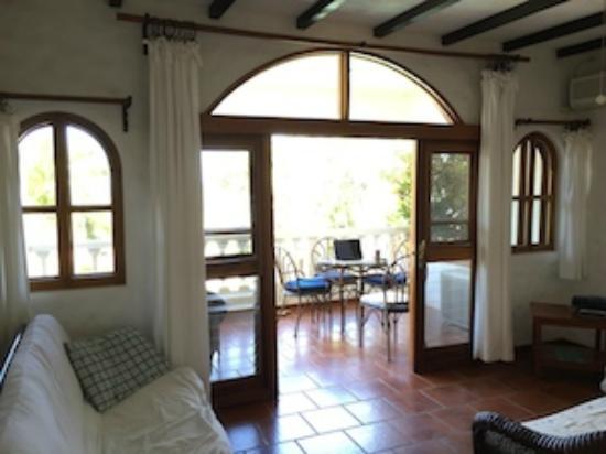 La Colina: Nice tile floors, tons of natural light and nice wood beams