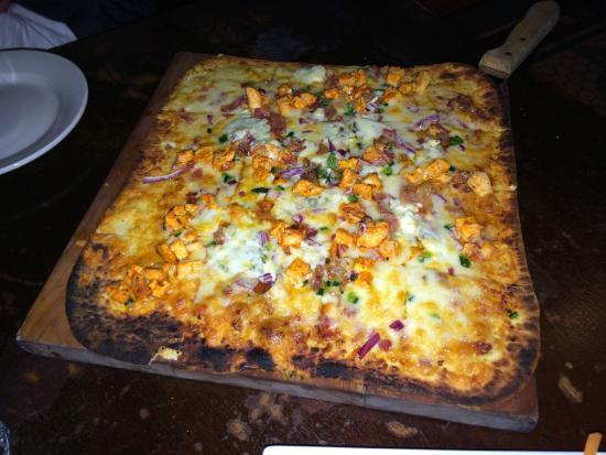 Siracusa, estado de Nueva York: Buffalo Chicken, Bacon, Poblano Peppers, Red Onion, Tomato Relish, Blue and Cheddar Cheese Flatb
