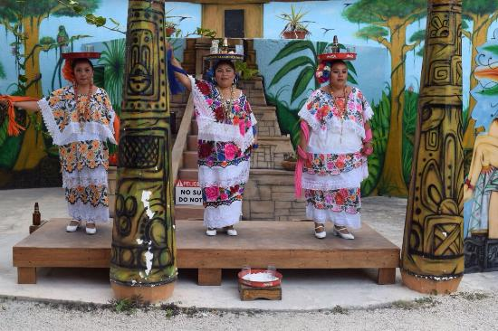 Pueblo Maya : Entertainment