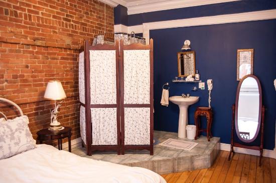 Angelica Blue Bed & Breakfast : Victorian room