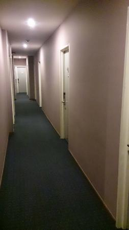 LEO Express Hotel: Corridor leading to room