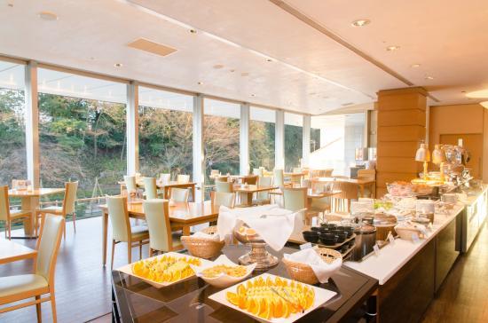 KKR Hotel Kanazawa: ご朝食会場 大手掘を眺めて