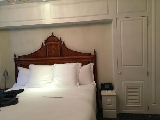Hotel Le St-James: comfortable king bed