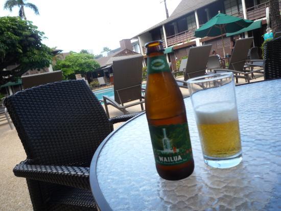Breakers Hotel: プールサイドで飲むビール