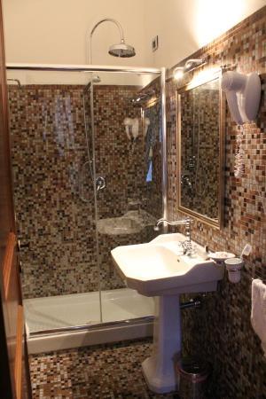 Castello Izzalin bathroom