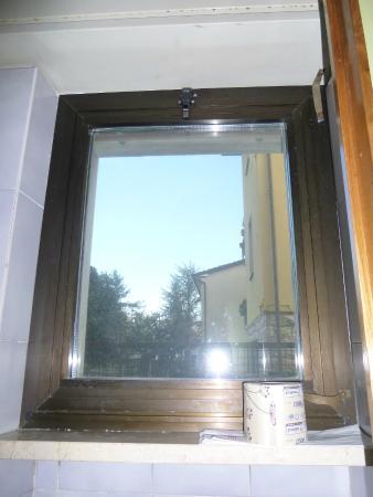 Hotel Le Grazie: finestra bagno sudicia