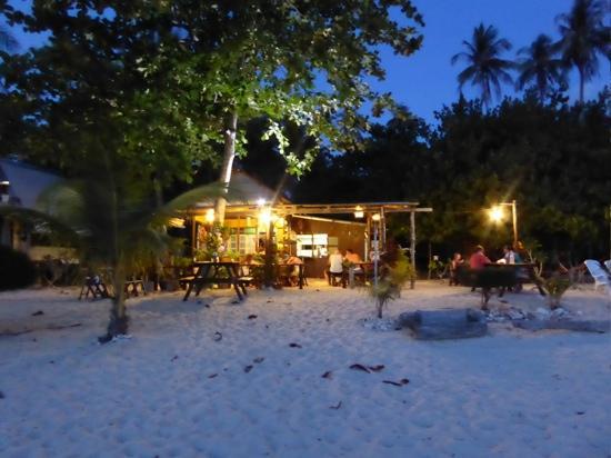 Kapas Island Resort : Koko restaurant, right on the beach, fresh food at a great price