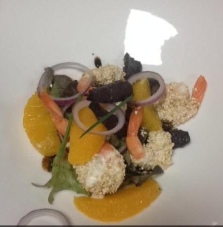 Inter Hotel Du Phare : Salade crevettes crème citron accompagnée de carottes sucrées et d'oignons