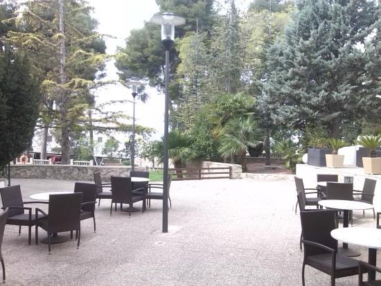 Hotel Villa de Biar: Zona externa del bar/restaurante. Bajando esas escaleras, un jardín con la piscina