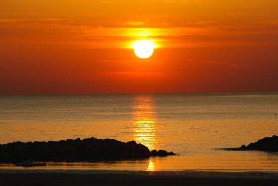 Riviera Mare Beach Life: Der atemberaubende Sonnenaufgang von unserer Terrasse, vor unserem Zimmer Nr. 103