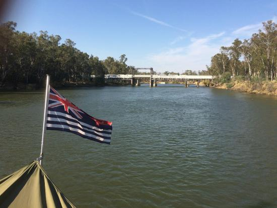 Cobram, Austrália: Old & new bridges & the Murray River flag