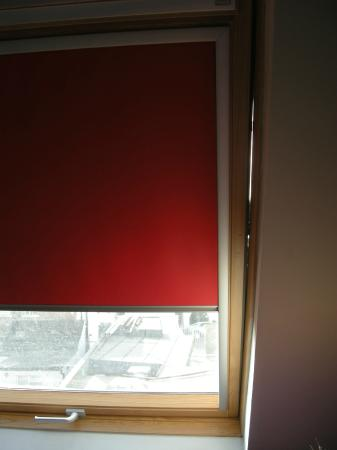Best Western Palm Hotel : The gap between the window and the wall with the window CLOSED.
