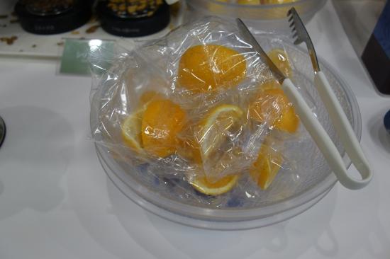 Comfort Hotel Tokyo Kanda: フルーツは個包装で衛生的。部屋に持ち帰ってもいいかも?