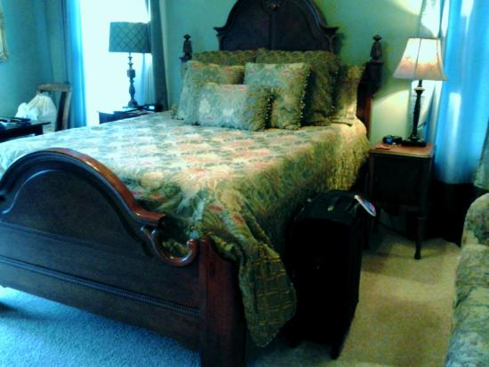 Mountain Laurel Creek Inn & Spa: HIGH HIGH Bed in Mountain View Room