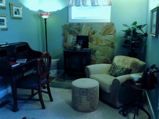 Mtn Laurel Creek Inn & Spa: Mountain View Room Sitting Area