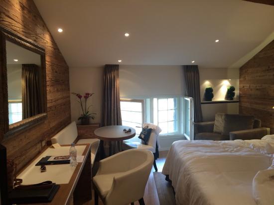 Hotel Les Armures: Номер с видом на Женевское озеро. Сочетания  в номере дерева и белой кожи дарит ощущения умиротв