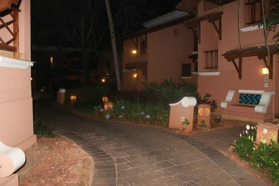 Park Hyatt Goa Resort and Spa : Walkways during night time