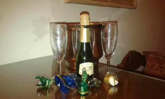 Hotel Princesa Galiana : Botella de cava y bombones