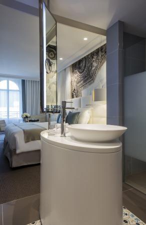 Chambre avec salle de bain ouverte - Photo de Cures Marines ...