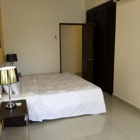 Fahrenheit Suites: Bedroom 2 with queen size bed
