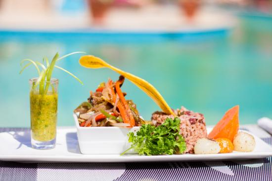 Hi Tide Restaurant at Bay Gardens Beach Resort: Local Flare