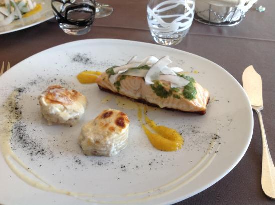 La Tivollière : Plat principal : saumon et beurre d'algue, céleri façon gratin dauphinois.