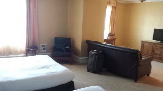 Eureka Inn: Huge room