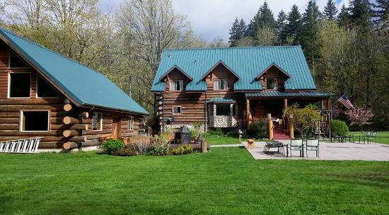Wallace Falls Lodge: Set in a forested area with mountain views
