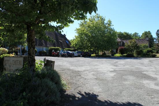 Hôtel du Château : Parking de devant