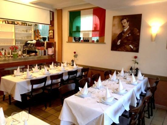 Ristorante Terzetto: Tafel am Tresen und immer und überall Puccini
