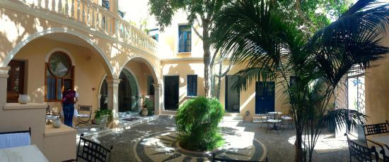 Casa Delfino Hotel & Spa: Courtyard where breakfast is served