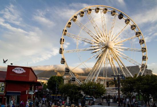 Dolphin Inn Guesthouse, Mouille Point: Big wheel in V+A Waterfront.
