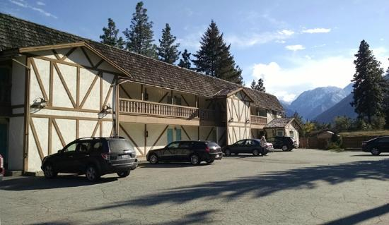 Alpine Rivers Inn : Exterior parking area