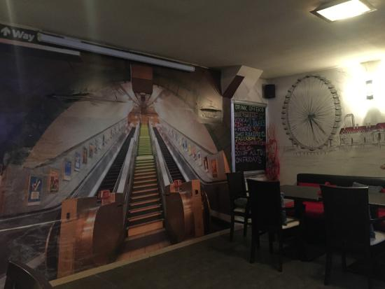 The London Pub: Murals on the walls