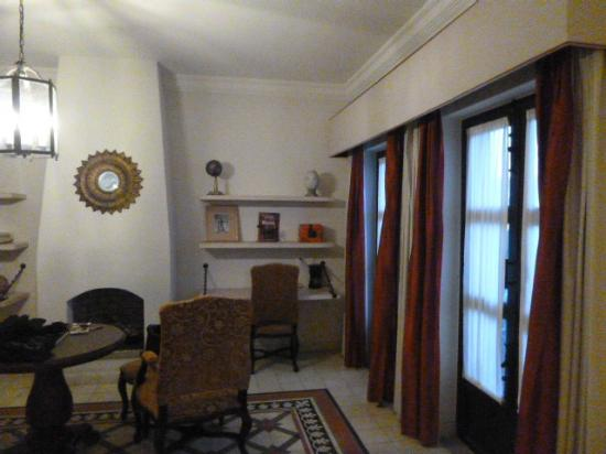Hotel Casa Primavera: sala y chimenea