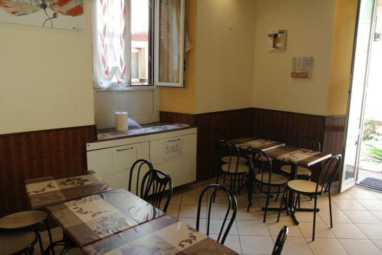 Freedom Traveller Hostel: Common seating area for breakfast