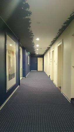 Hotel Alpes et Lac: Walkway outside room