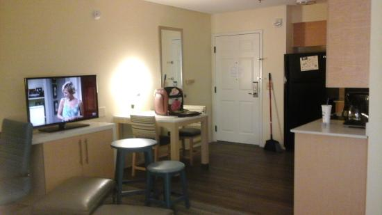 Sonesta ES Suites Charlotte: Full kitchen with ice maker and stove.