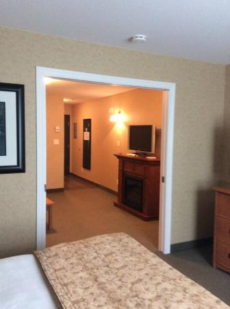 Best Western Sicamous Inn: Looking from bedroom at fireplace and tv in sitting room.