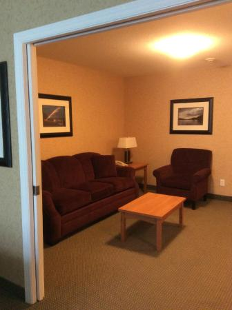 Sicamous, Kanada: Looking into sitting room from bedroom.