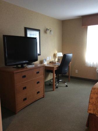 Sicamous, Kanada: Bedroom dresser, tv, desk and big leather chair.
